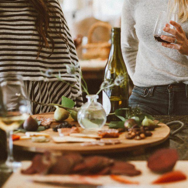 twee vrouwen met drankjes tijdens het eten